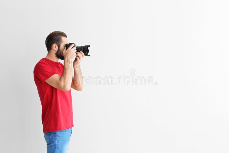 有专业照相机的年轻摄影师 库存照片