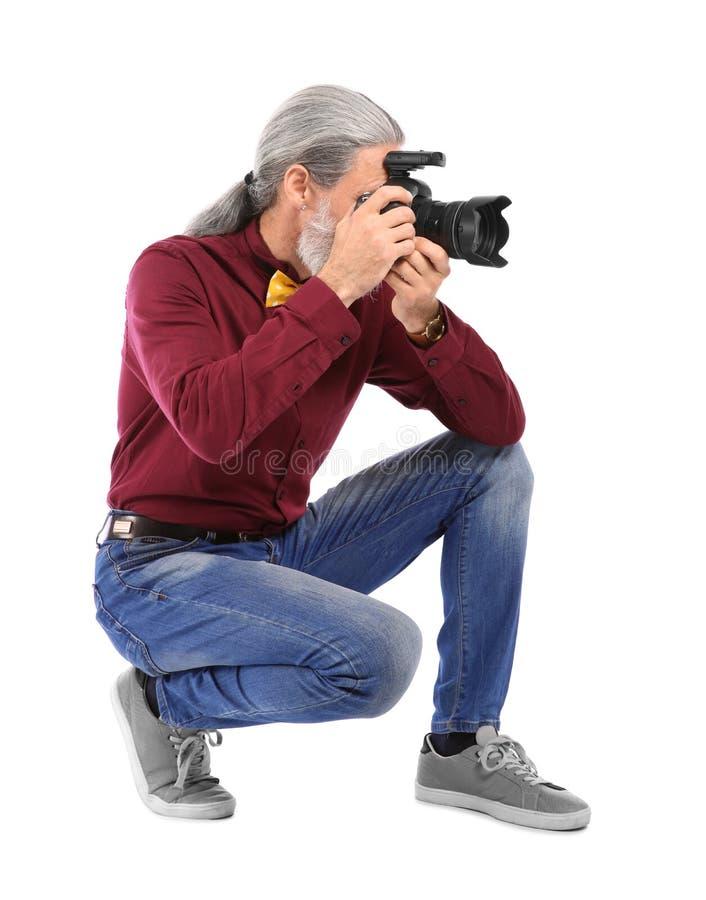 有专业照相机的男性摄影师在白色背景 库存照片