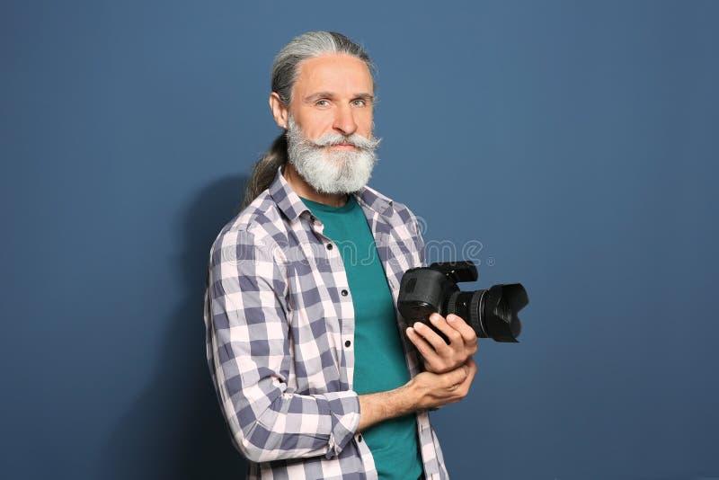 有专业照相机的男性摄影师 免版税库存照片