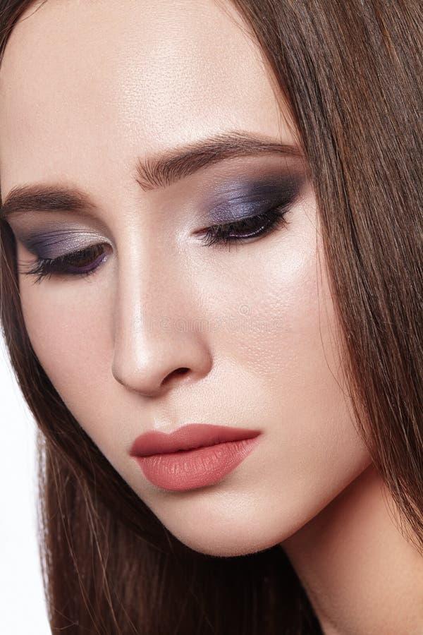 有专业眼睛构成的美女 庆祝发烟性眼睛化妆的样式并且发光皮肤 塑造查找 库存图片