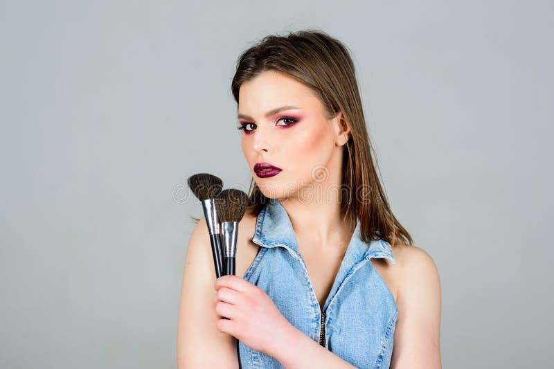 有专家的性感的妇女组成刷子 时尚构成脸 有长发的,样式性感的妇女 ?? Skincare 库存照片