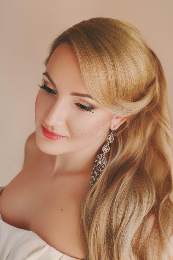 有专家的美丽的白肤金发的未婚夫组成 免版税图库摄影