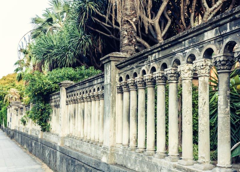 有专栏柱子的老巴洛克式的篱芭在卡塔尼亚,西西里岛,意大利 库存照片