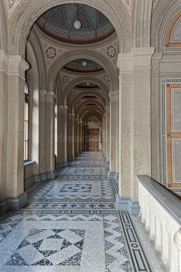 有专栏的走廊在切尔诺夫策国立大学,切尔诺夫策,乌克兰 免版税图库摄影