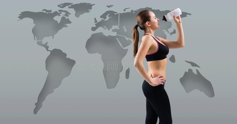 有世界地图饮用水的运动锻炼妇女 库存照片