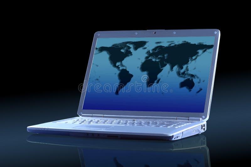 有世界的地图的膝上型计算机。 免版税库存照片