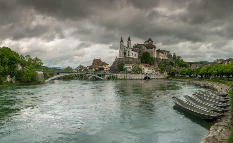 有世袭的社会等级的Aarburg村庄和教会和河与小船的Aare在前景 库存图片