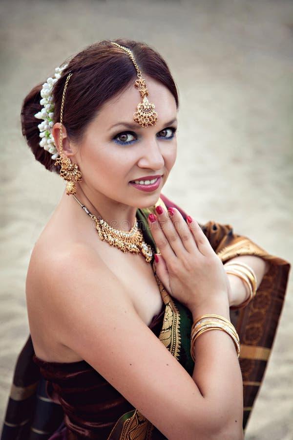 有东方构成和首饰的美丽的妇女 免版税库存照片