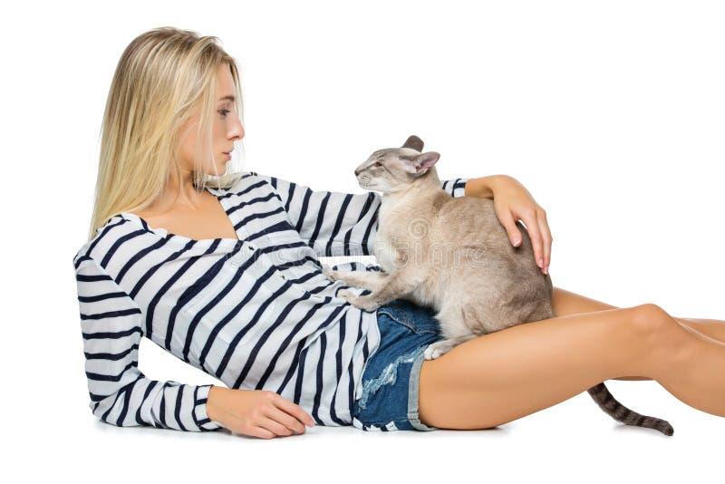 有东方泰国猫的美丽的女孩 免版税库存图片