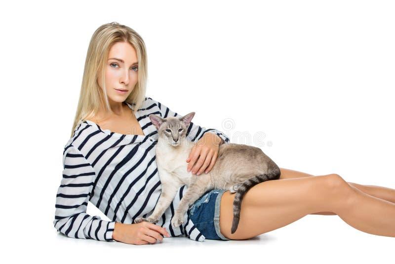 有东方泰国猫的美丽的女孩 免版税库存照片