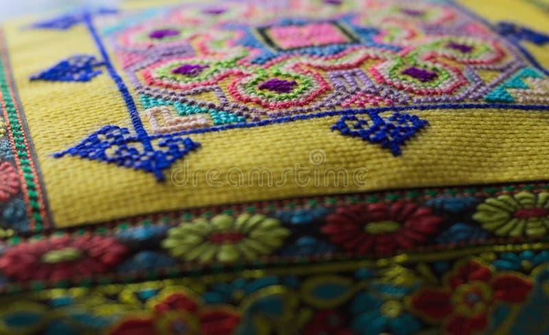 有东方装饰和色的图画背景的枕头 免版税库存图片