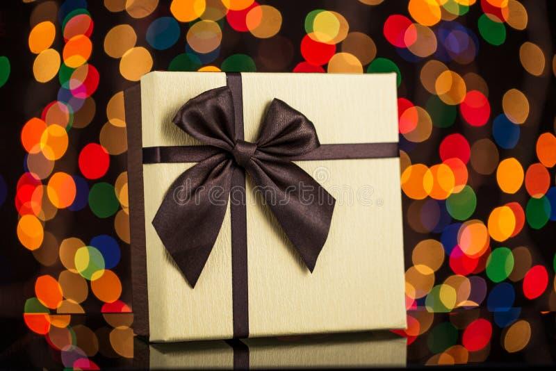 有丝带和光的,圣诞节构想礼物盒 免版税库存照片