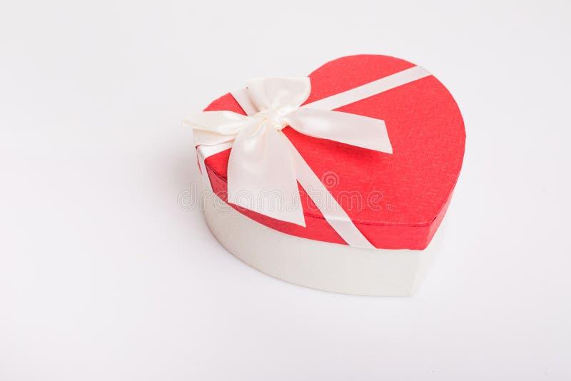 有丝带的心形的礼物盒在白色背景 库存照片