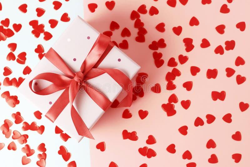 有丝带的礼物盒在桃红色背景特写镜头,顶视图 免版税库存照片