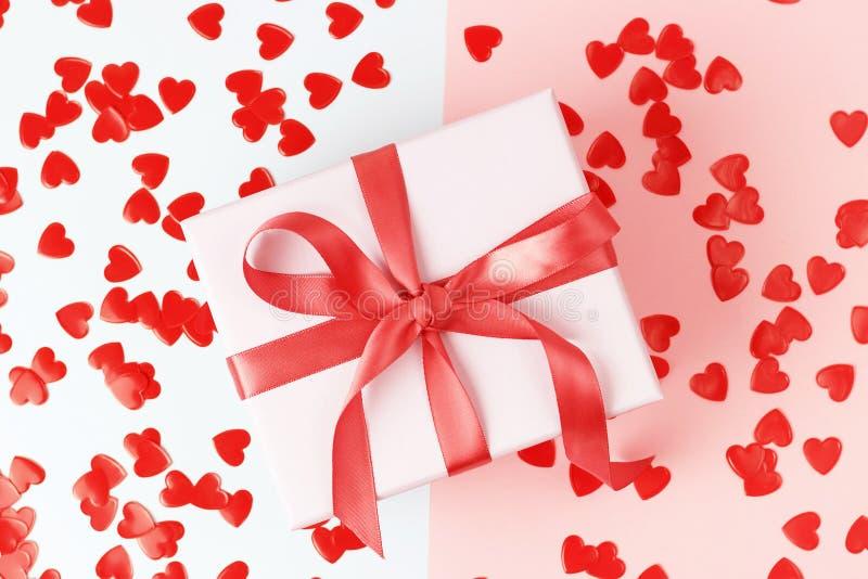 有丝带的礼物盒在桃红色背景特写镜头,顶视图 库存图片