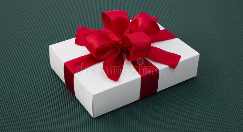 有丝带的礼物盒在绿皮书 免版税库存图片