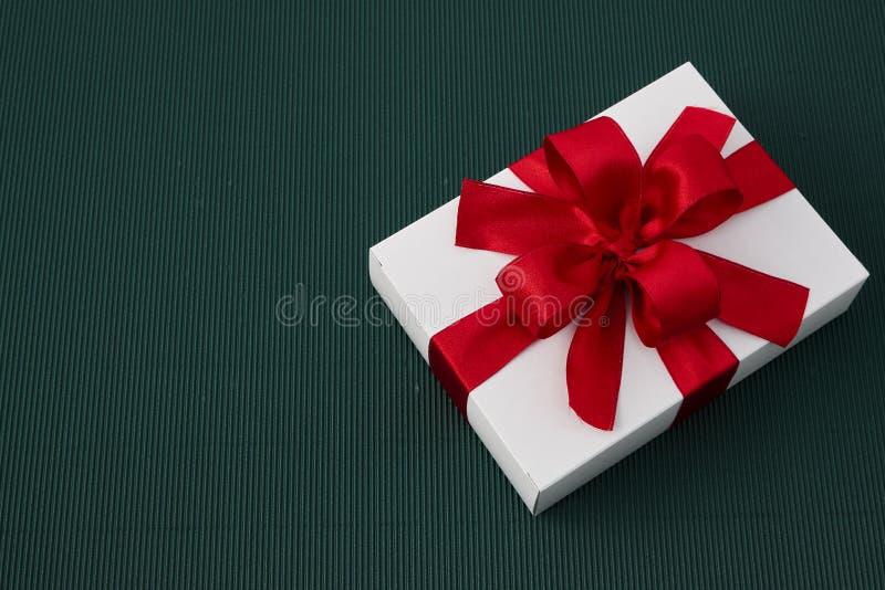 有丝带的礼物盒在绿皮书 库存图片