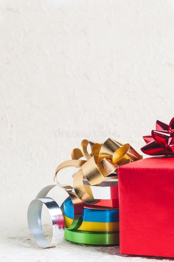 有丝带的红色圣诞节的礼物盒和装饰设计 免版税库存照片