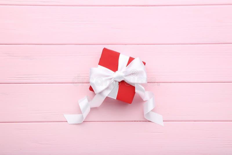 有丝带的红色礼物盒 库存照片