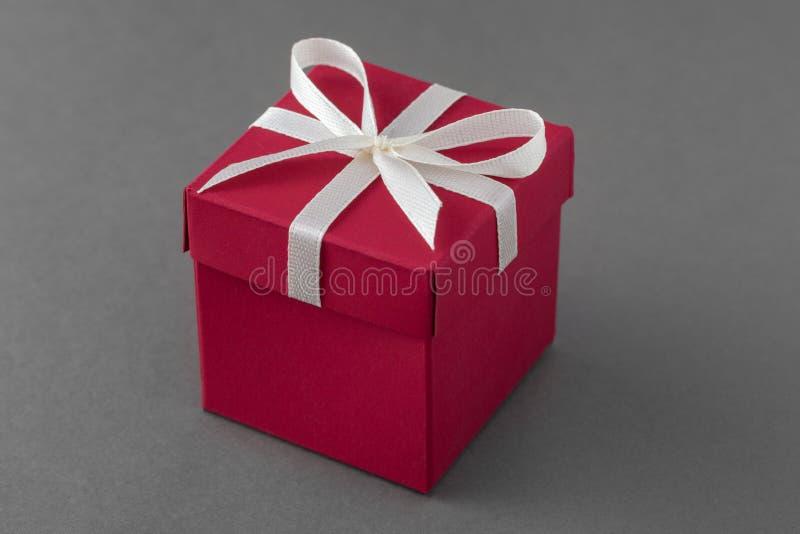 有丝带的红色豪华礼物盒 库存照片