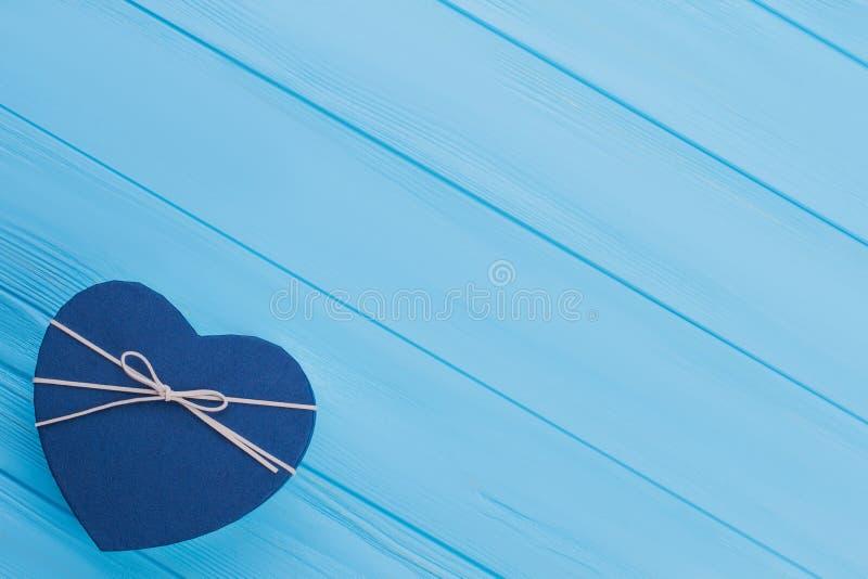 有丝带的蓝色心形的礼物盒 免版税库存图片