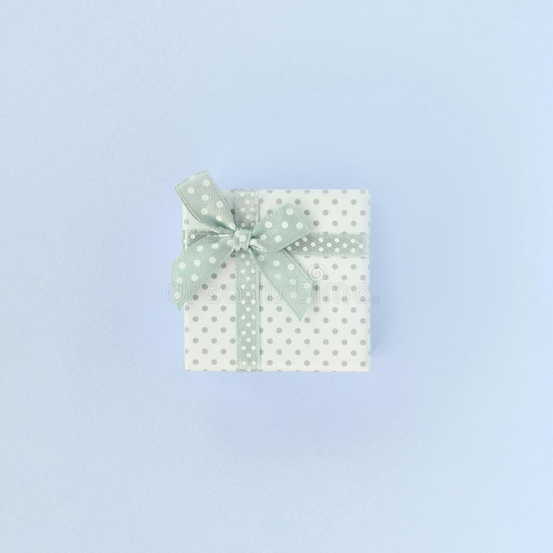 有丝带谎言的小白色礼物盒在紫罗兰色背景 库存图片