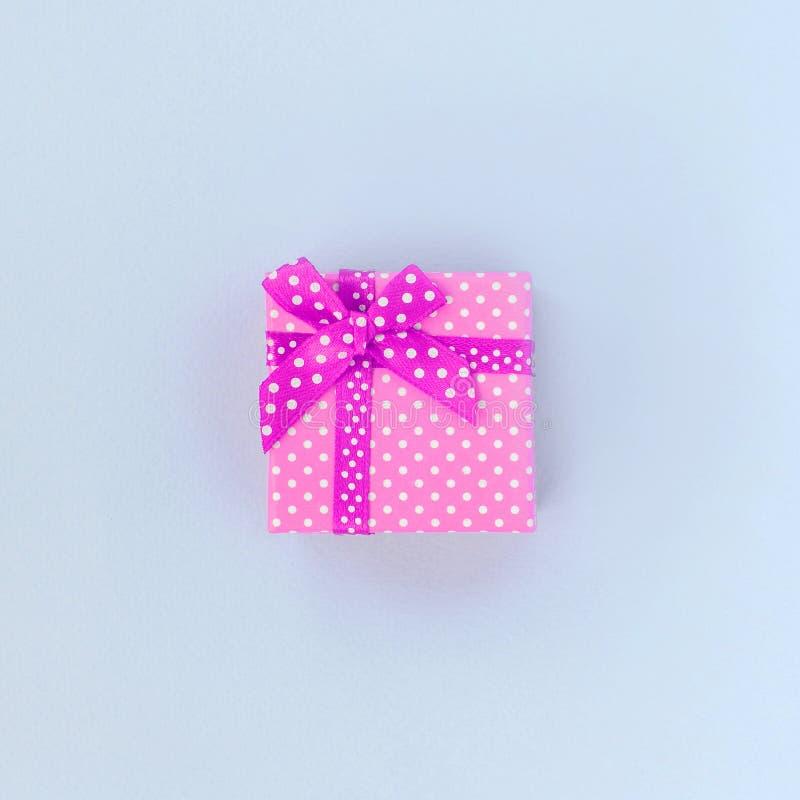 有丝带谎言的小紫色礼物盒在紫罗兰色背景 图库摄影