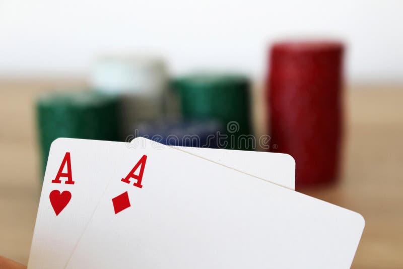 有两一点的纸牌游戏手在堆前 库存图片