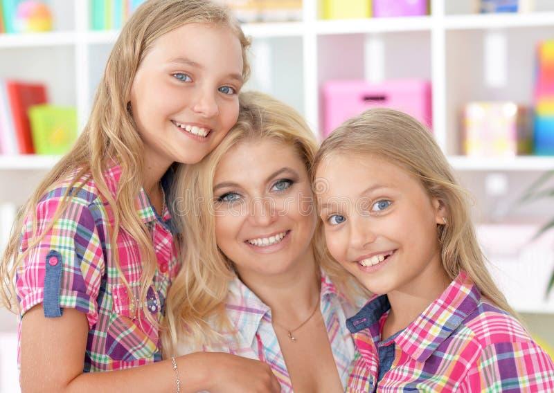 有两个可爱的双姐妹的母亲 免版税库存照片