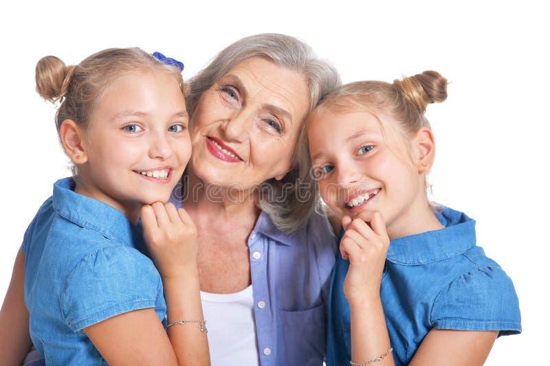 有两个可爱的双孙女的祖母 图库摄影