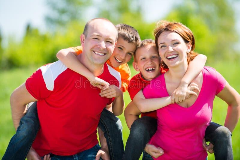 有两个孩子的愉快的家庭自然的 免版税库存照片