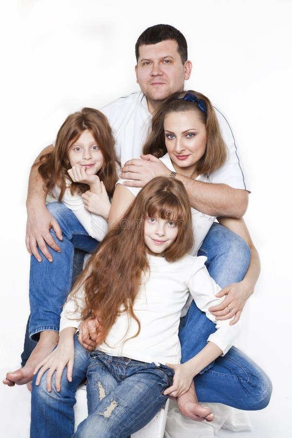 有两个孩子的愉快的家庭 免版税库存照片