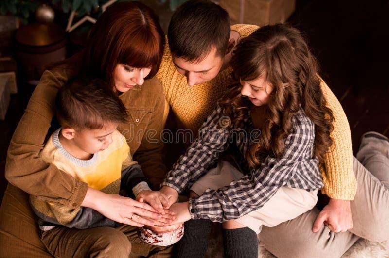 有两个孩子的愉快的年轻家庭为魔术做准备 库存照片