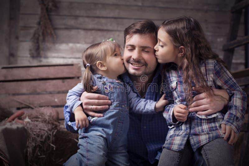 有两个小女儿的父亲 库存图片