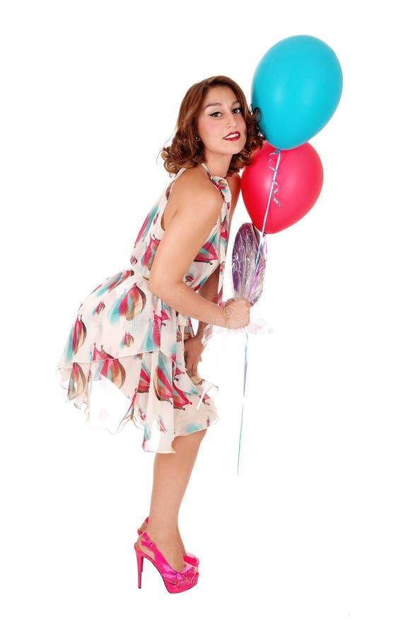 有两个气球的可爱的妇女 库存图片