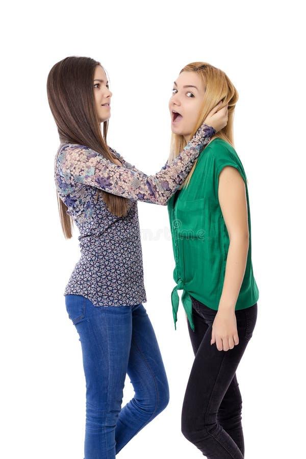 有两个的十几岁的女孩特写镜头战斗 图库摄影