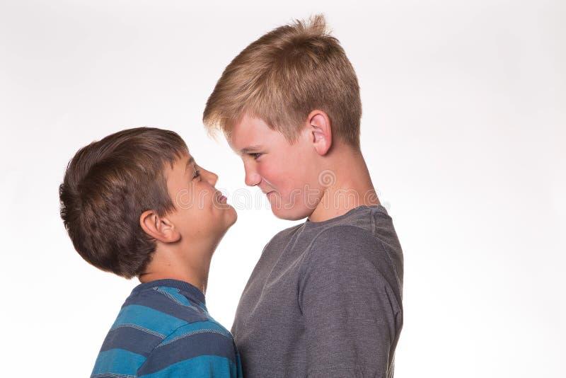 有两个的男孩凝视比赛 库存图片
