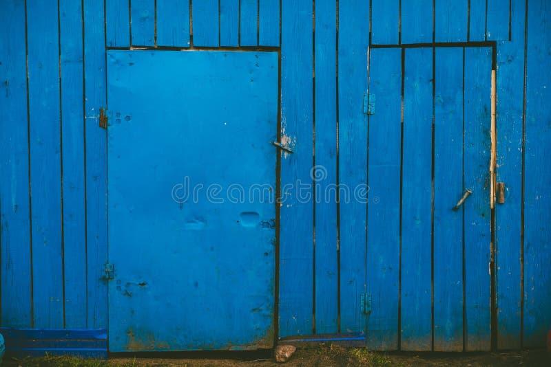 有两个门的蓝色木墙壁 免版税图库摄影