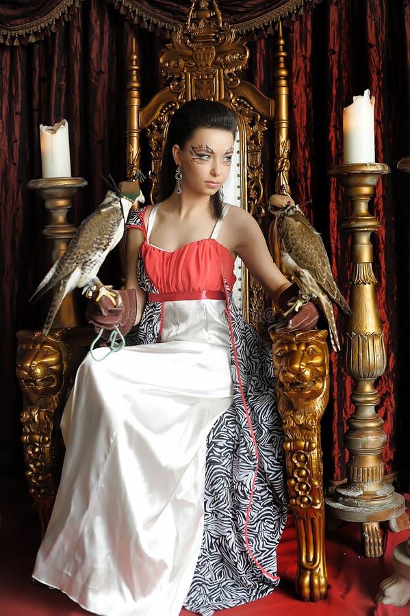 有两只猎鹰的中世纪幻想公主 图库摄影
