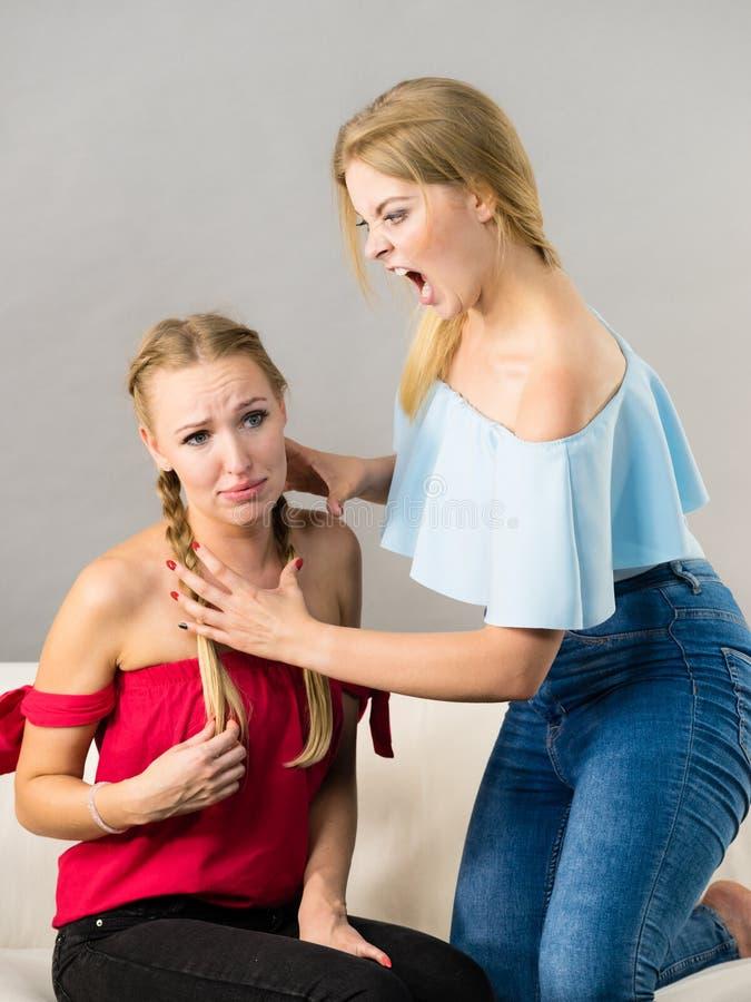有两名的妇女争论战斗 免版税库存照片