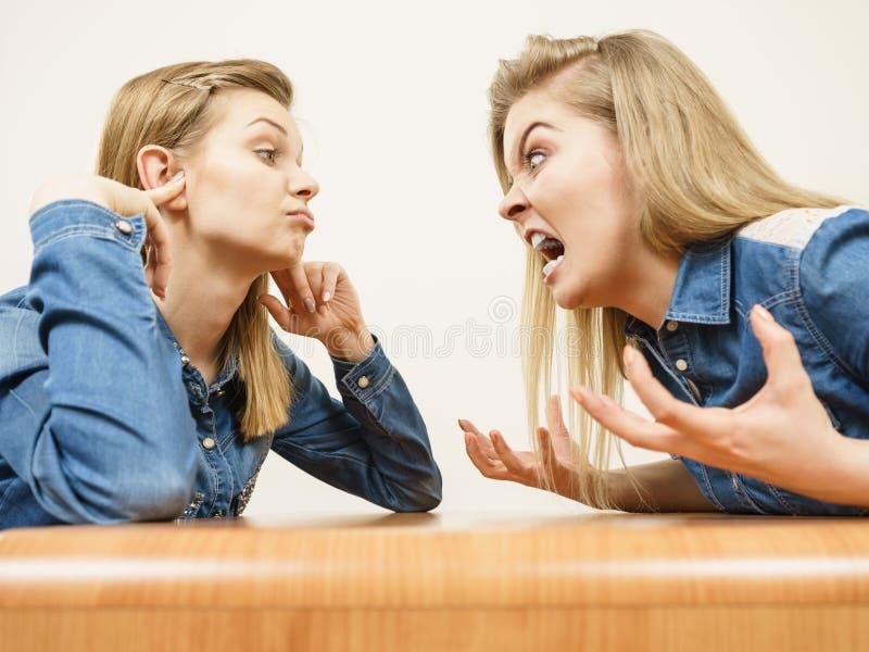 有两名的妇女争论战斗 库存图片