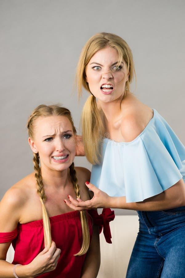 有两名的妇女争论战斗 库存照片