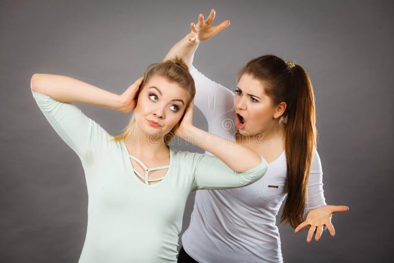 有两名的妇女争论 库存照片