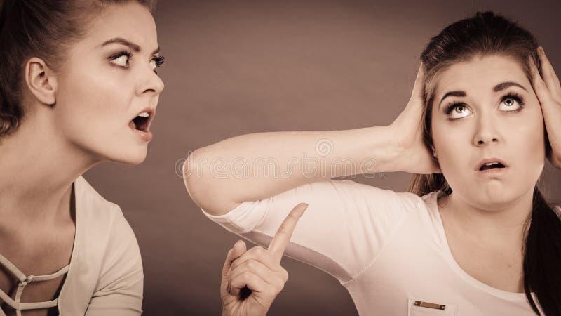 有两名的妇女争论 库存图片