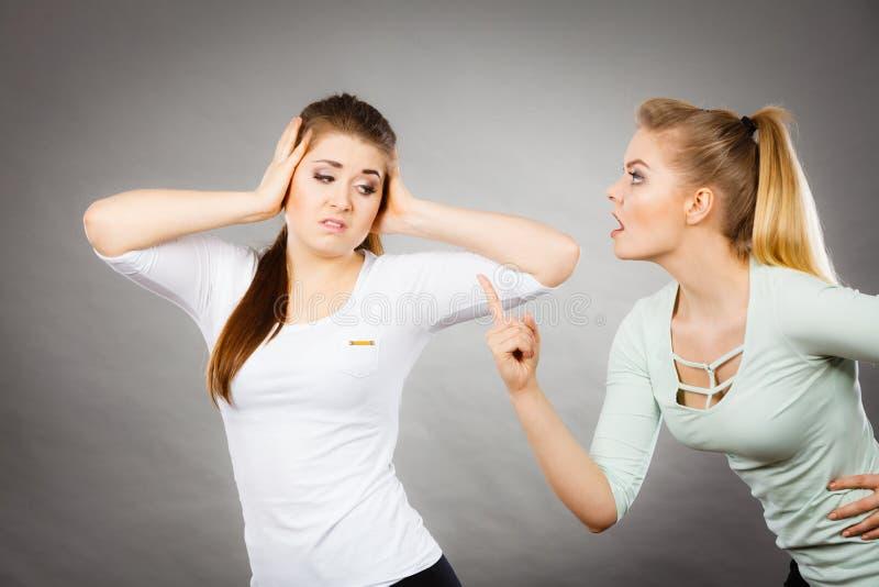 有两名的妇女争论 免版税库存图片