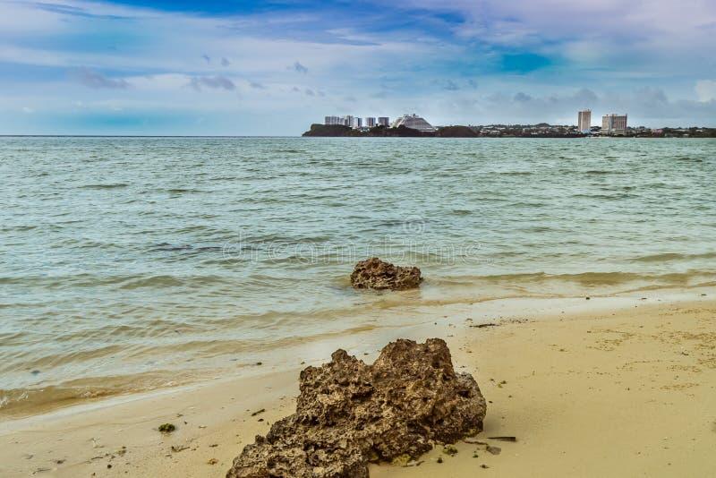 有两大冰砾的海洋当前景兴趣 免版税图库摄影