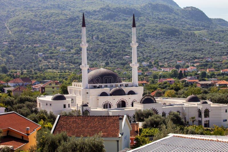 有两座尖塔的大回教清真寺酒吧的,黑山 库存图片