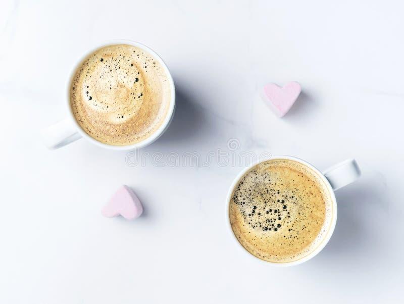 有两杯咖啡的浪漫桌面和桃红色心形的蛋白软糖 r 免版税库存图片
