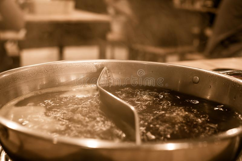 有两汤厚待的煮沸的热的罐 库存图片