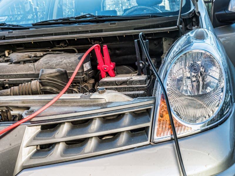 有两种跨接电线的汽车电池 免版税图库摄影